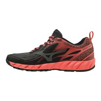 Mizuno WAVE IBUKI - Zapatillas de trail mujer black/dark shadow/hot coral